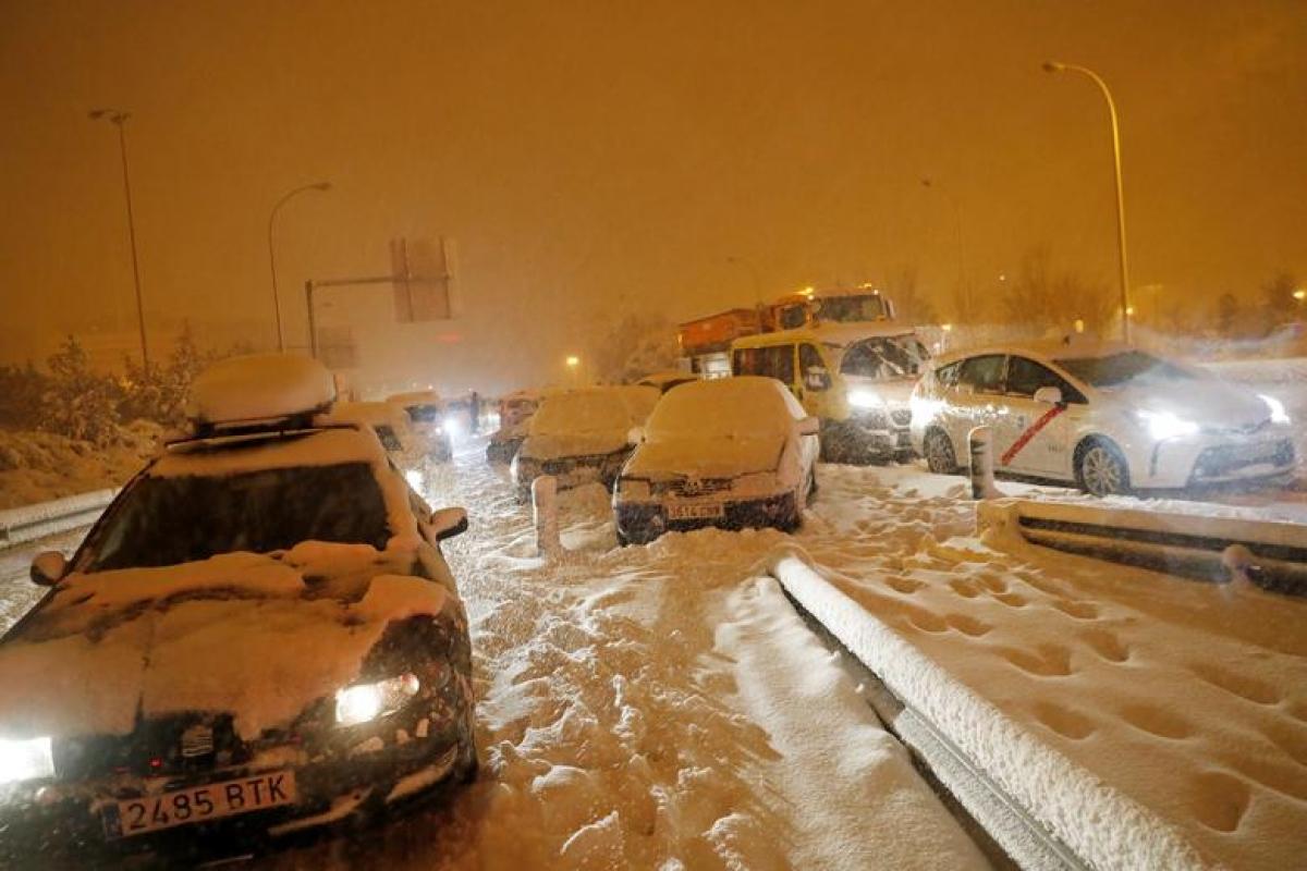 Bão tuyết khiến giao thông ở Tây Ban Nha bị đình trệ. Ảnh: Reuters