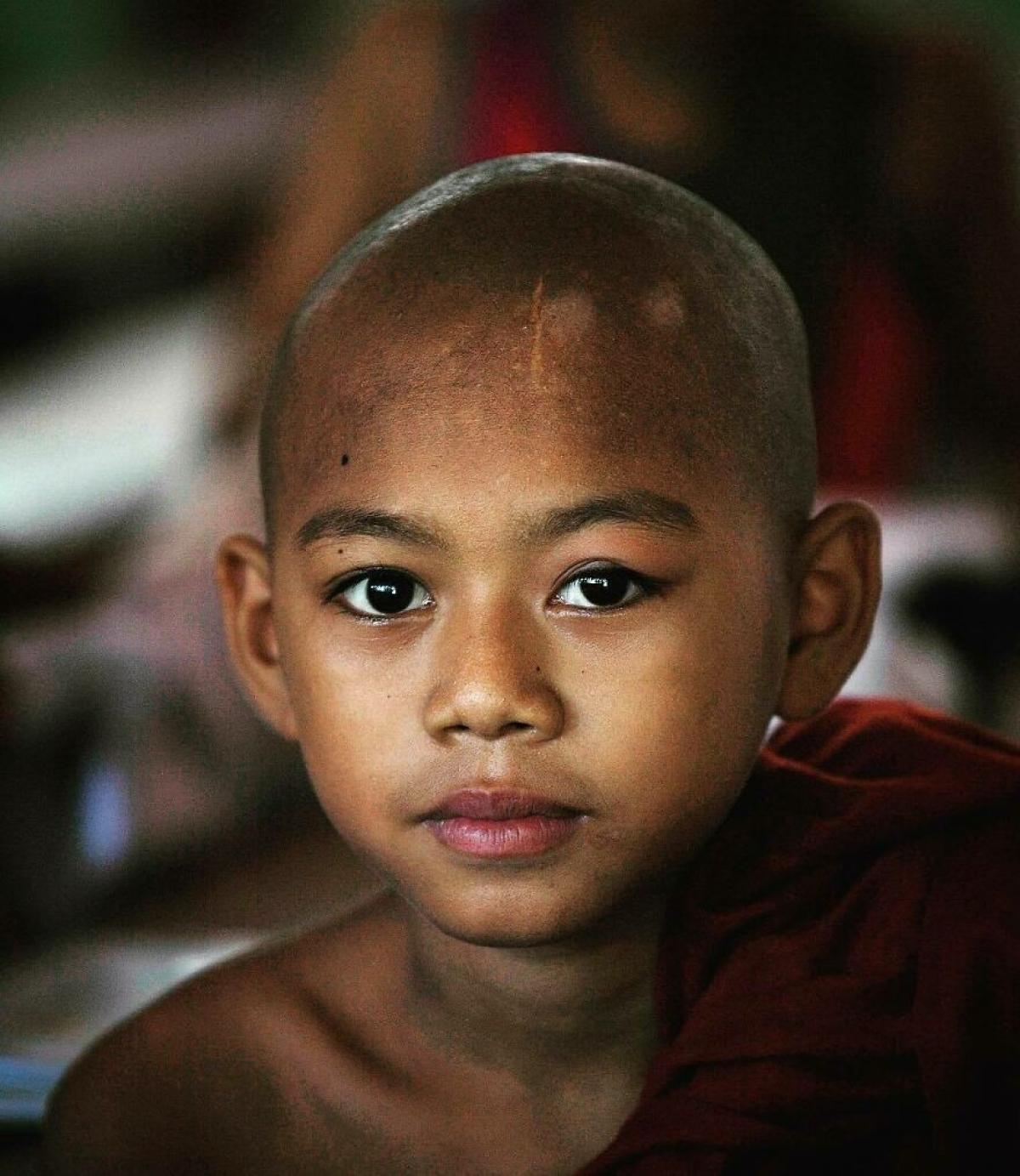 Ánh nhìn cương nghị của một tiểu tăng người Myanmar.
