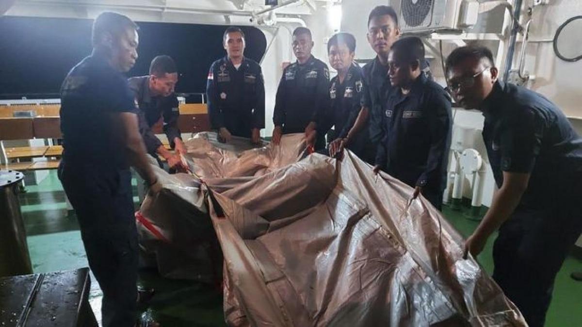 Tìm thấy vật thể nghi là thang khẩn cấp của máy bay SJ 182 (Nguồn : Tổng cục Giao thông Hàng hải Indonesia)