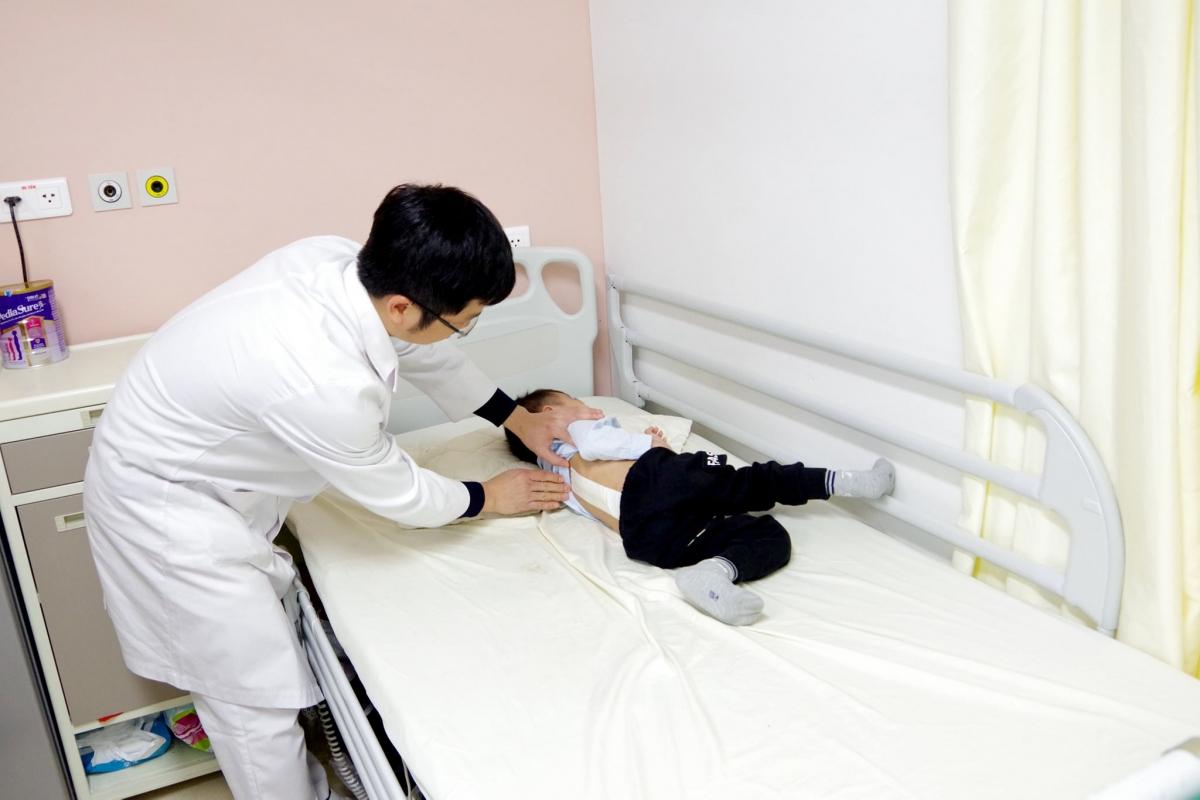 Bệnh nhi B.Đ được các bác sĩ thường xuyên theo dõi và chăm sóc trong thời gian nằm điều trị tại khoa. (Ảnh: BVCC)