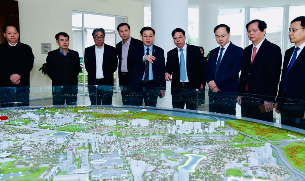 Bí thư Thành ủy Vương Đình Huệ xem mô hình quy hoạch đô thị quận Long Biên.