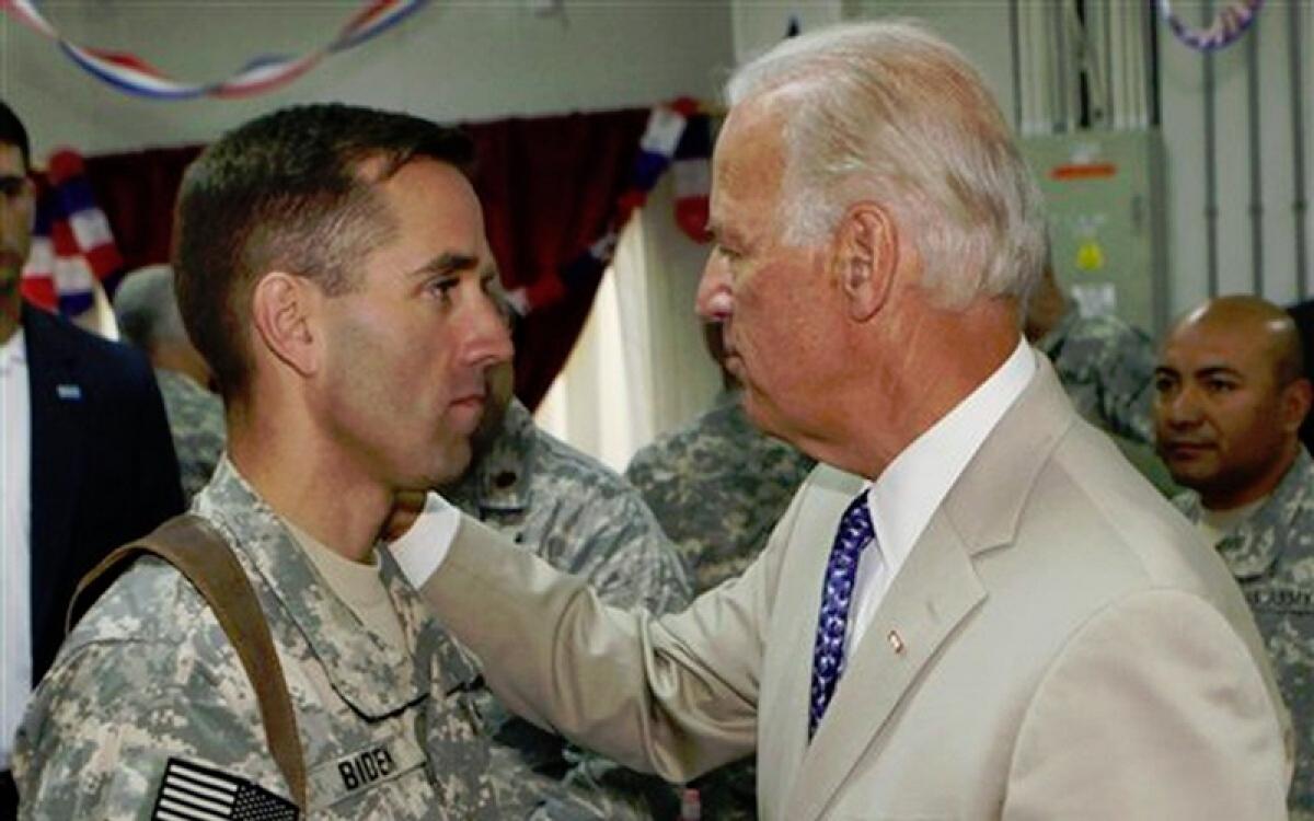 Ông Biden và quân nhân Mỹ. Ảnh: Military Times.