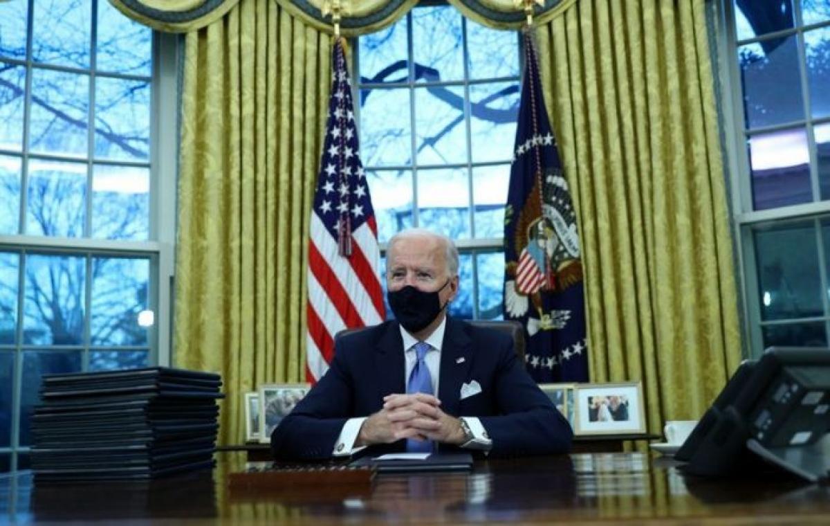 Tổng thống Biden đảo ngược di sản của người tiền nhiệm ngay trong ngày đầu nhiệm kỳ. Ảnh: Reuters