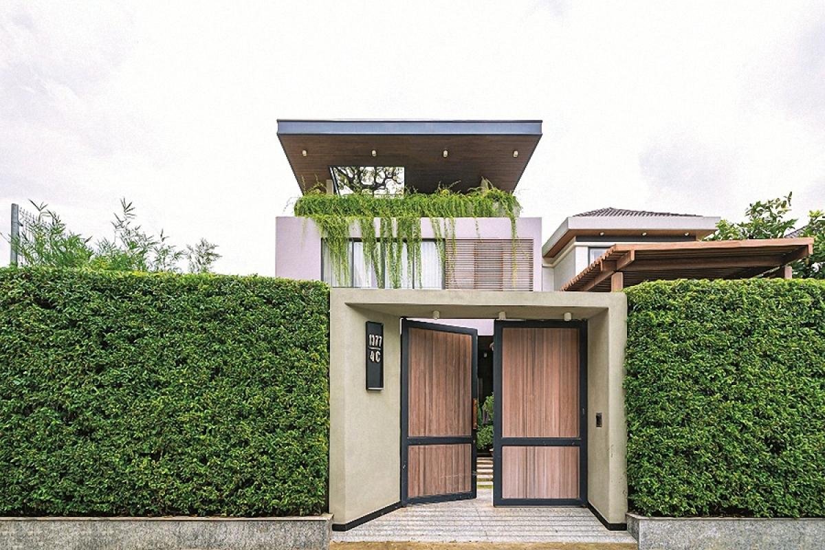 Ngôi biệt thự nằm ở trung tâm thành phố Biên Hòa, tỉnh Đồng Nai. Chủ nhà mong muốn ngôi nhà của mình hiện đại và mang nhiều màu xanh của lá, không gian mở rộng chan hòa và gần gũi với các yếu tố tự nhiên: nắng, gió, nước và cây cỏ. Ý tưởng về một công trình xanh là chủ đạo của thiết kế, và một trong những yếu tố đó là hàng rào xanh mang lại sự thân thiện và gẫn gũi thiên nhiên.