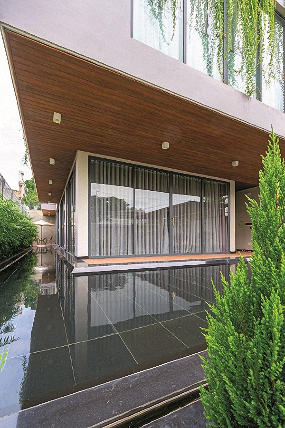 Các kiến trúc sư đã cho thiết kế hồ nước bao quanh tầng trệt giúp cho ngôi nhà luôn mát mẻ. Và khi cửa mở ra, ngôi nhà không bị giới hạn giữa trong và ngoài, luôn có sự kết nối giữa con người với thiên nhiên.