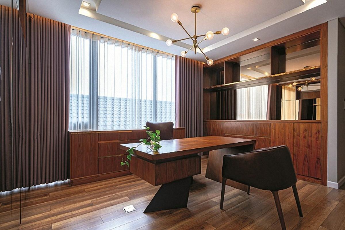 Phòng làm việc ở trên lầu. Nội thất cùng phong cách với hình thức kiến trúc với cá tính đơn giản. Chất liệu gỗ chủ đạo cho cảm giác thân thiện, gần gũi.