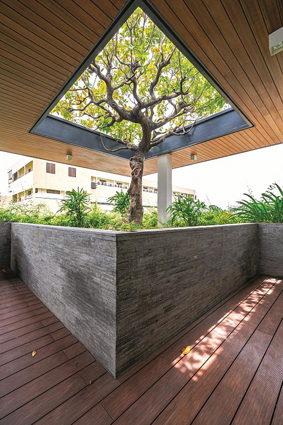 Những người thiết kế đã cố gắng tạo ra càng nhiều khoảng xanh càng tốt. Đồng thời, bằng ý thức văn minh khi thiết kế, họ đã cố gắng trả lại cho thiên nhiên bằng đúng những phần đất mà họ đã lấy đi để xây dựng, trả lại cho đô thị một sự cân bằng sinh thái. Với mật độ xây dựng chỉ khoảng hơn 30%, công trình có khoảng sân vườn thoáng rộng và tràn ngập màu xanh hoa cỏ. Về hình thức, công trình mang phong cách hiện đại với những đường nét, mảng khối mạnh mẽ.