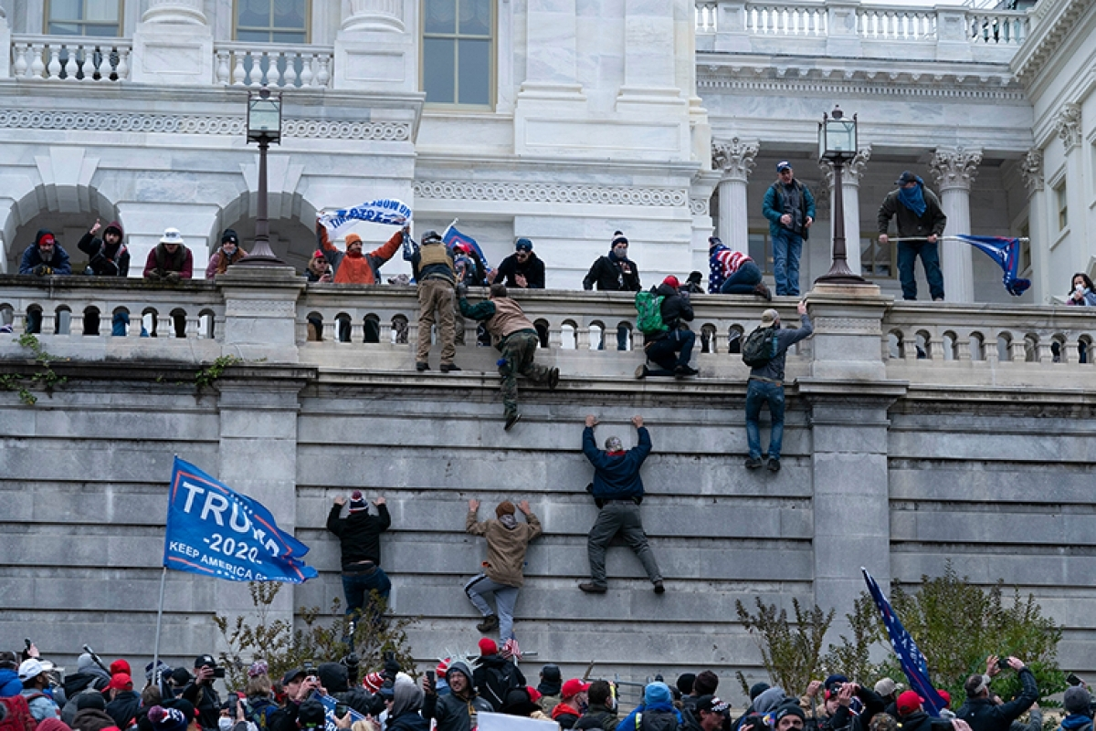 Người biểu tình xông vào trụ sở quốc hội Mỹ. Ảnh: AP.