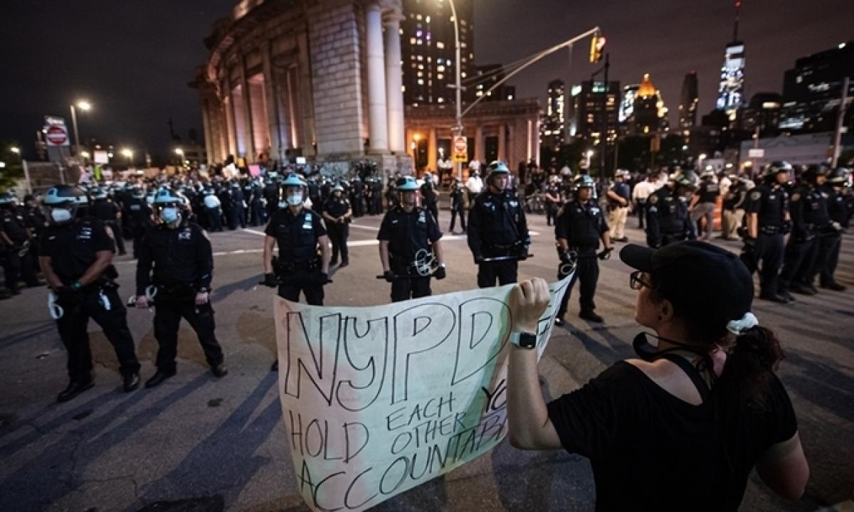 Người biểu tình đối mặt lực lượng an ninh ở New York trong thời gian áp lệnh giới nghiêm tối 2/6. Ảnh:Reuters.