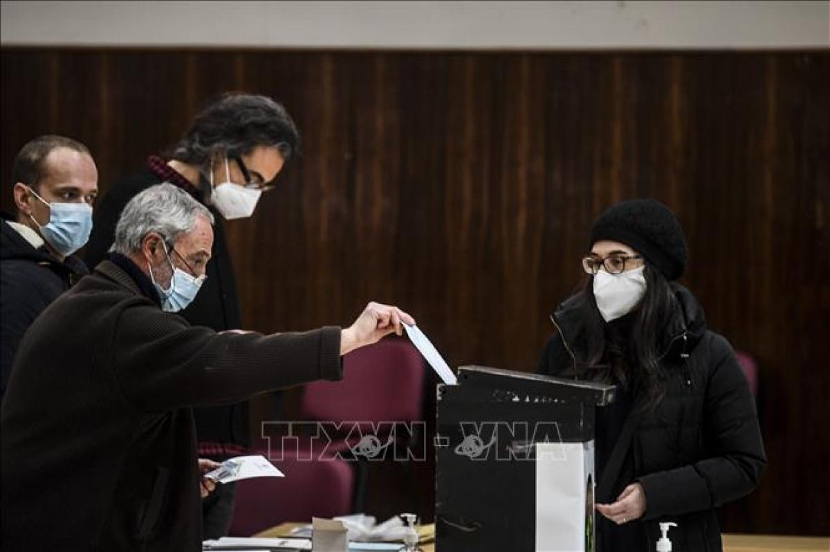 Cử tri bỏ phiếu sớm bầu Tổng thống tại điểm bầu cử ở Lisbon, Bồ Đào Nha ngày 17/1/2021. Ảnh: AFP/TTXVN