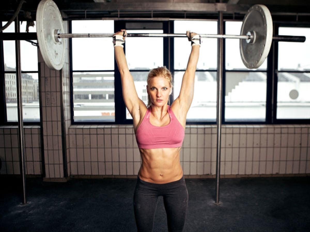 Tập thể dục: Phụ nữ sau mãn kinh nên tập các bài thể dục cường độ thấp hai đến ba lần mỗi tuần. Bạn có thể chọn các bài tập như nâng tạ tay, thể dục nhịp điệu hay đi bộ.