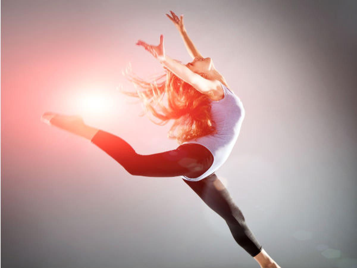 Nhảy: Các bài nhảy cũng là một cách tuyệt vời giúp xương thêm chắc khỏe. Hãy bật bài nhạc yêu thích của bạn và thả mình theo điệu nhạc.