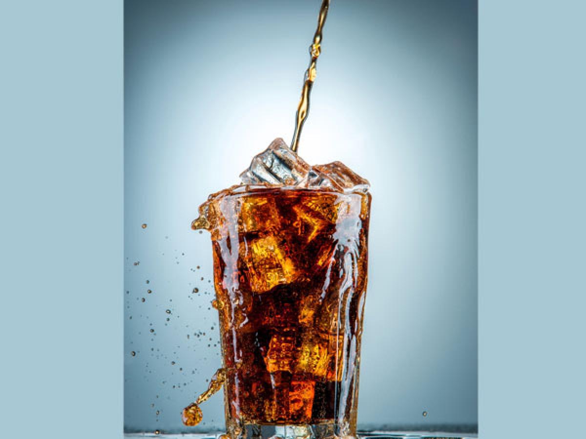 Hạn chế thức uống có ga: Uống nước có ga làm tăng nguy cơ gãy xương hông ở phụ nữ thêm tới 14 phần trăm. Nghiên cứu cho rằng đó là do natri cacbonat, caffeine, phốt-pho và đường trong các thức uống này ảnh hưởng xấu đến lượng canxi trong cơ thể.