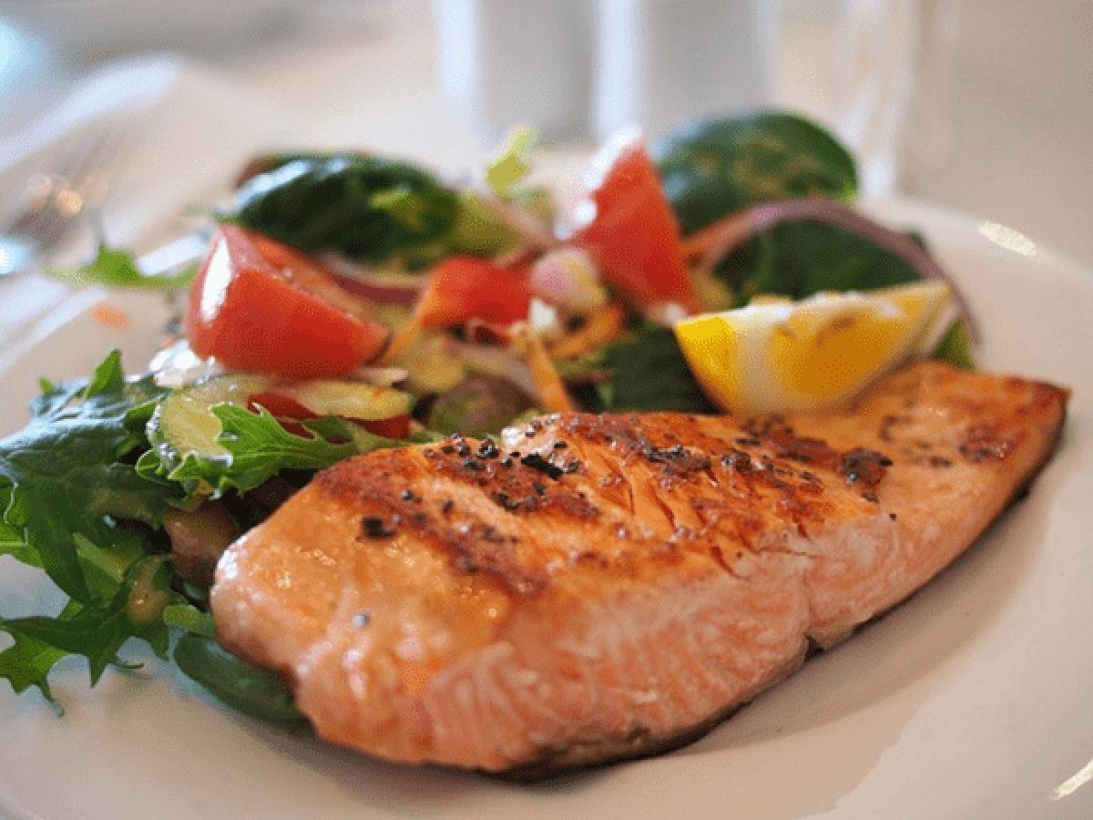 Ăn nhiều cá: Hãy thêm nhiều cá vào chế độ ăn uống của bạn, đặc biệt là các loại cá giàu vitamin D như cá hồi, cá ngừ hay cá mòi.