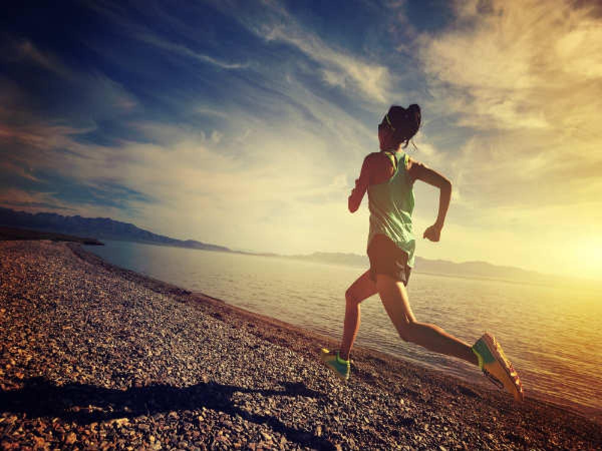 Chạy bộ: Chạy bộ là một bài tập cường độ cao hiệu quả, giúp kích hoạt các tế bào xương, từ đó tăng mật độ xương khiến xương chắc khỏe hơn.