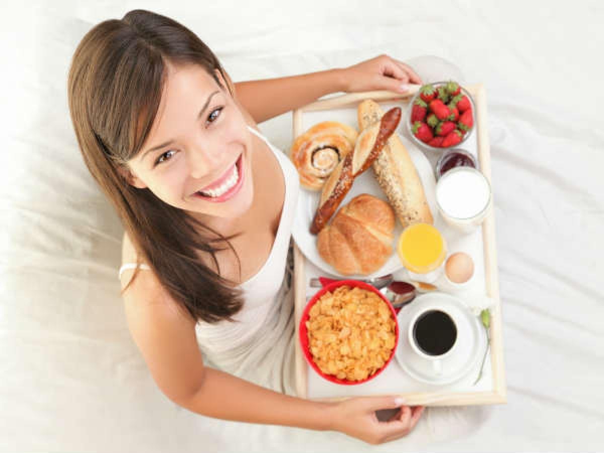 Ăn uống điều độ: Bạn nên xây dựng một chế độ ăn cân bằng với hoa quả, rau xanh, ngũ cốc nguyên hạt, quả hạch, các thực phẩm từ sữa, hải sản. Đây là những thực phẩm giàu vitamin và khoáng chất giúp xương chắc khỏe hơn.