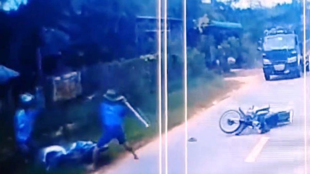 Người đàn ông đánh người sau va chạm ở Bình Phước. Ảnh cắt từ clip.