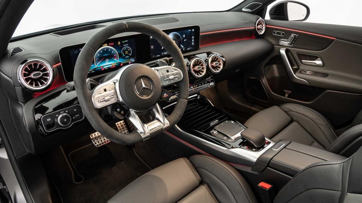 Ở trong, khoang lái của Brabus B45 sẽ được nâng cấp với da bọc đặc biệt, đi kèm họa tiết chỉ khâu độc đáo nếu khách hàng yêu cầu.