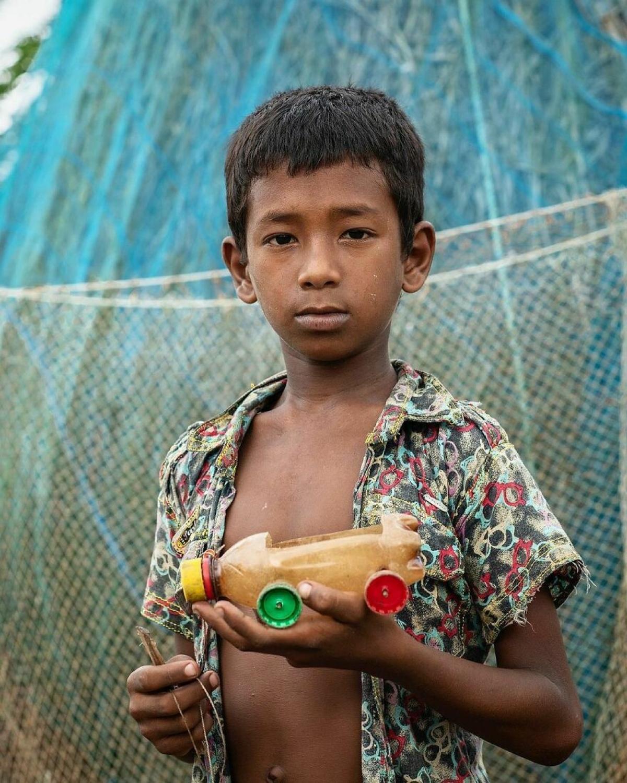 Món đồ chơi tự chế của cậu bé nghèo ởBangladesh.