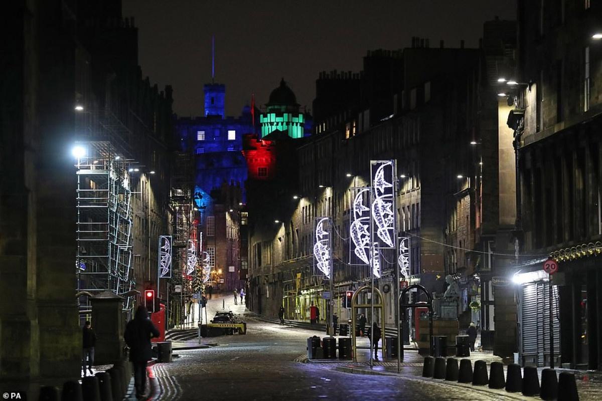 Royal Mile ở Edinburgh đêm 31/12 như một thị trấn ma khi mọi người được khuyến cáo nên ở nhà mừng năm mới 2021./.