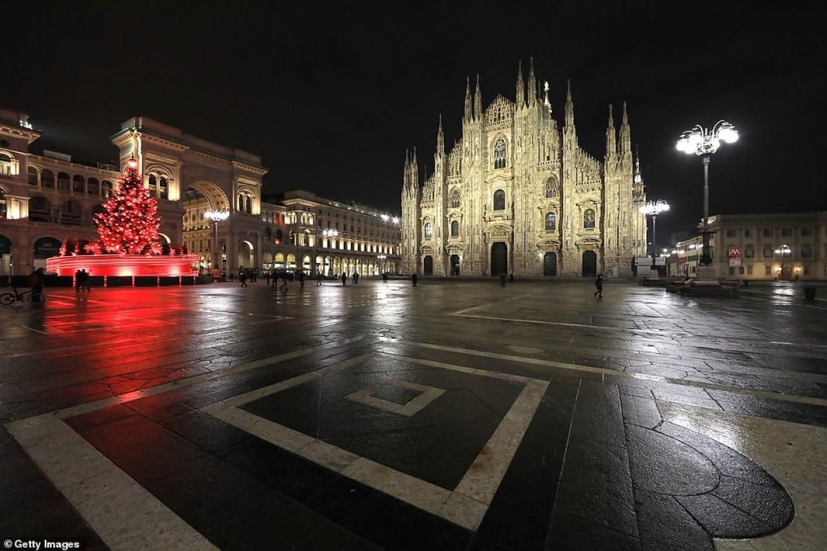 Cảnh tượng trống trơn ở Piazza Duomo tại Milan (Italy) đêm 31/12. Mặc dù các địa điểm được trang hoàng lộng lẫy nhưng Italy đã cấm tập trung đông người trong suốt dịp Giáng sinh và Năm mới giữa bối cảnh số ca tử vong hàng ngày do Covid-19 ở nước này tiếp tục gia tăng.