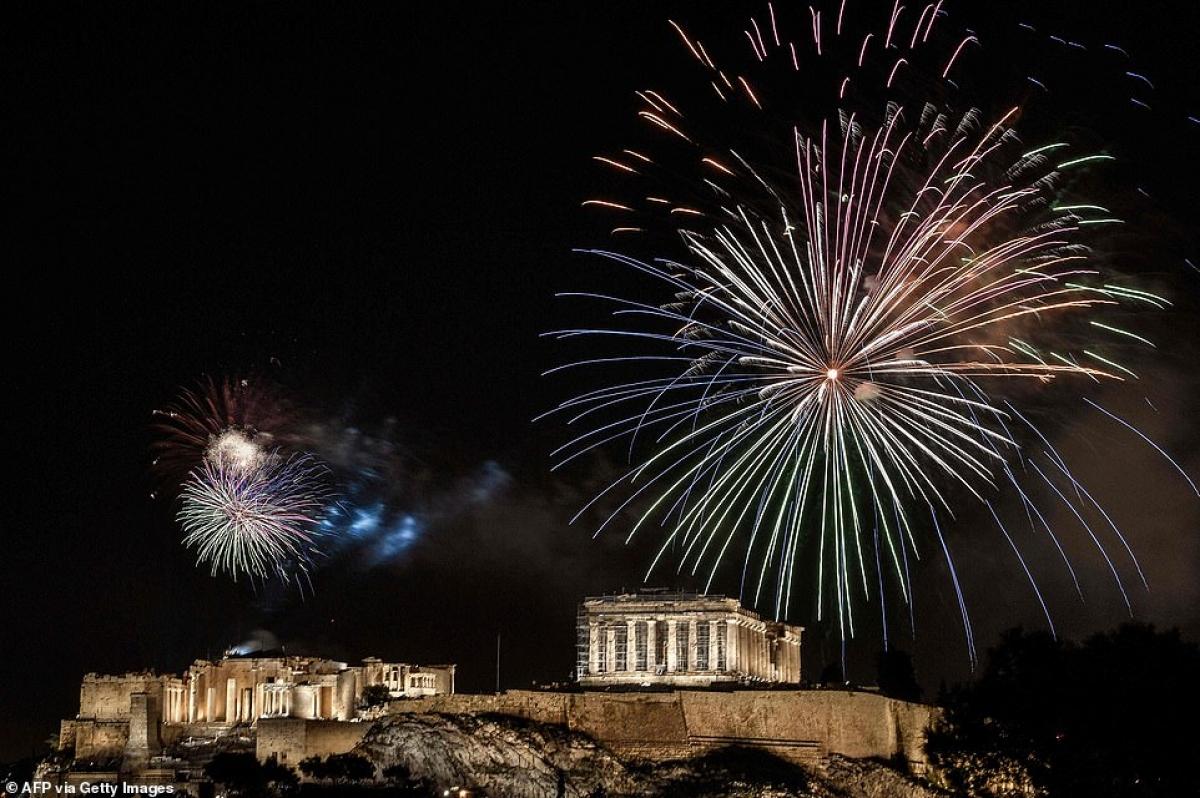 Pháo hoa rực rỡ ở đồi Acropolis cổ kính ở Athens, Hy Lạp tối 31/12.