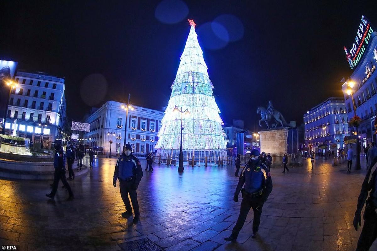 Cảnh sát ngăn mọi người đến gần khu vực quảng trường Puerta del Sol ở Madrid, Tây Ban Nha trước thềm năm mới 2021.