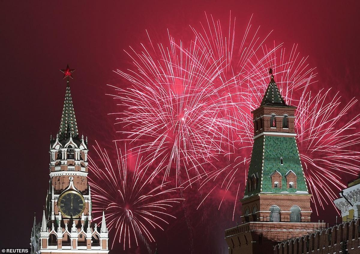 Pháo hoa rực rỡ mừng năm mới sau những tòa tháp của điện Kremlin ở Moscow, Nga.