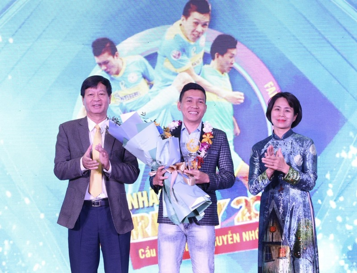 Futsal player Nguyen Nho receives his prize at the Fair Play Awards 2020.
