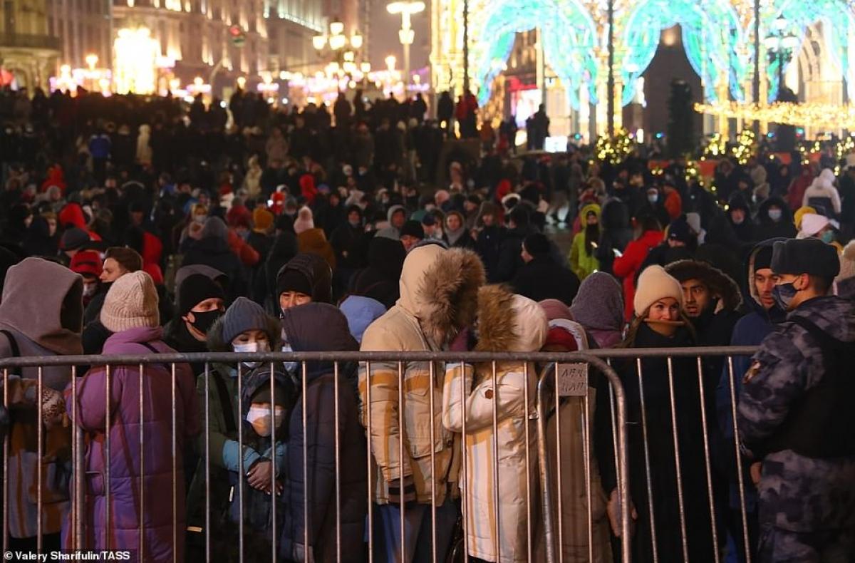 Người dân Nga tập trung ở quảng trường Manezhnaya, Moscow đêm 31/12. Từ 18h (giờ địa phương), việc đến Quảng trường Đỏ sẽ bị hạn chế.