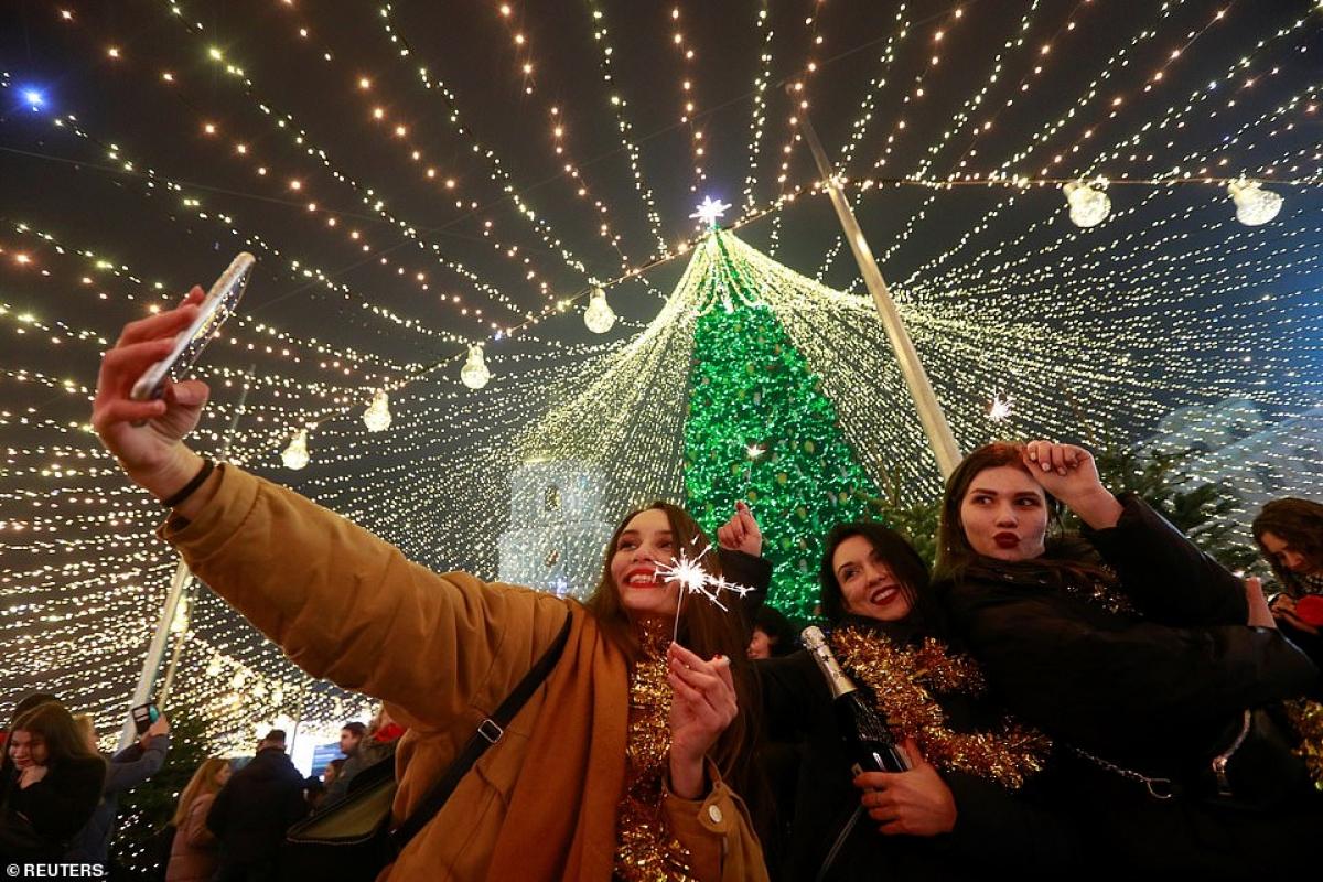 Nhiều người tham gia bữa tiệc mừng năm mới ở Kyiv, Ukraine không đeo khẩu trang.