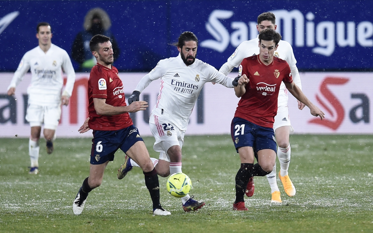 Điều kiện thi đấu khắc nghiệt do ảnh hưởng của bão tuyết khiến Real không thể đánh bại Osasuna. (Ảnh: Getty).