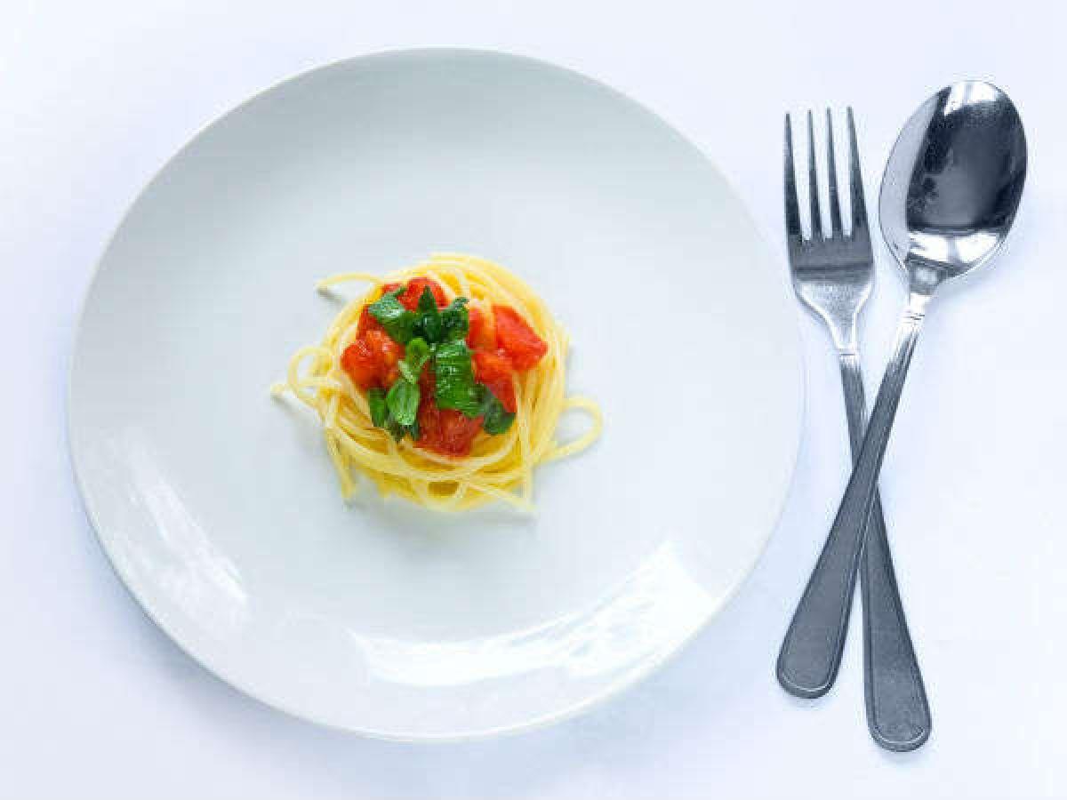 Chú ý đến khẩu phần: Các món ăn trên mâm cỗ ngày Tết thường là những món chứa rất nhiều calo. Do đó, bạn nên cố gắng kiểm soát khẩu phần của mình, dù những món ăn có hấp dẫn đến nhường nào.