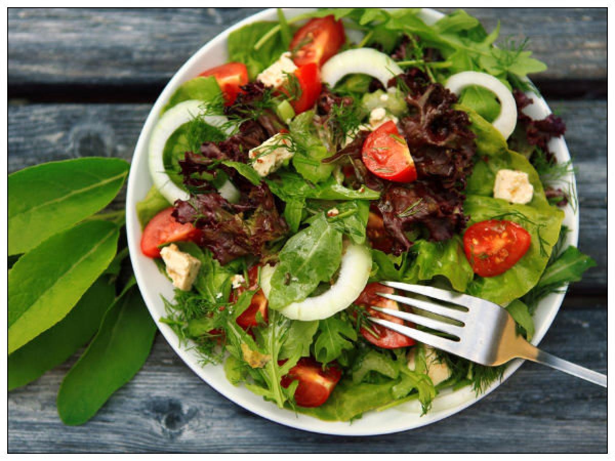 Ăn nhiều chất xơ: Cũng giống như protein, chất xơ trong rau xanh và hoa quả giúp bạn no lâu hơn, đồng thời giúp đẩy chất béo ra khỏi cơ thể thông qua bài tiết, nhờ đó giúp bạn duy trì mức cân nặng khỏe mạnh.