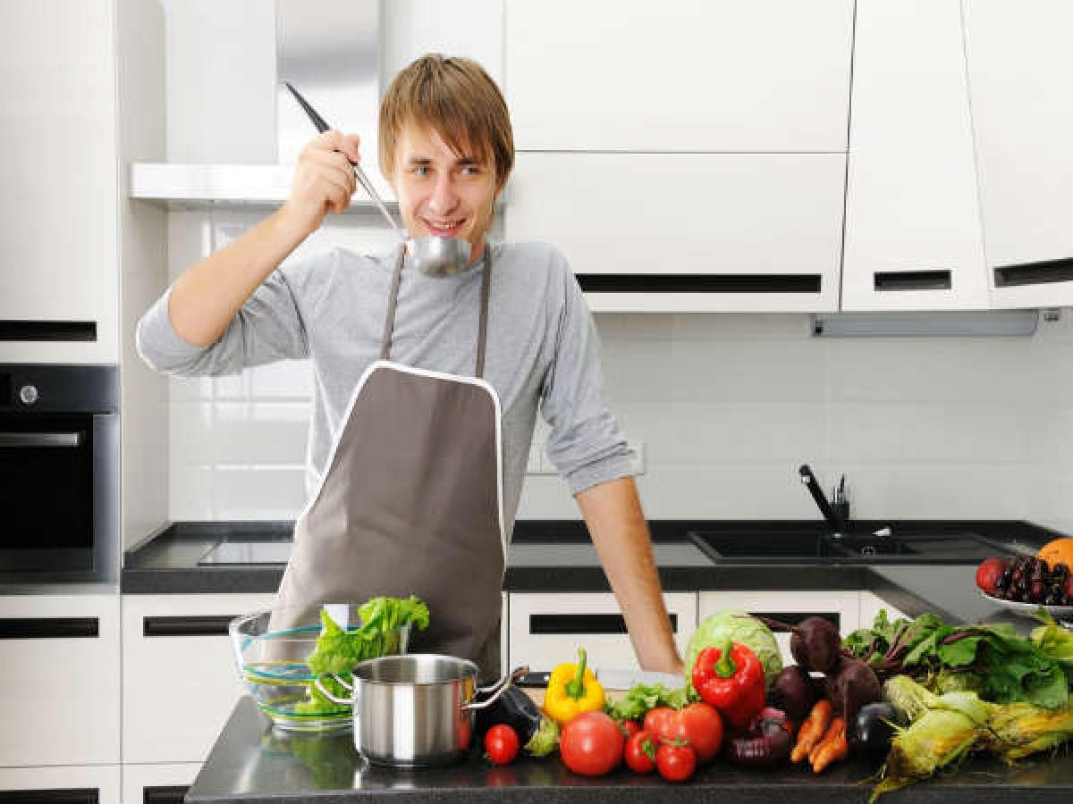 Hạn chế nếm thức ăn: Trong quá trình chuẩn bị các món ăn cho mâm cỗ, ta thường nếm thử thức ăn nhiều lần để đảm bảo hương vị thơm ngon nhất. Tuy nhiên, nếm thức ăn cũng có thể gây tăng cân. Do đó, bạn chỉ nên nếm với lượng thức ăn thật nhỏ và tránh nếm quá nhiều lần.