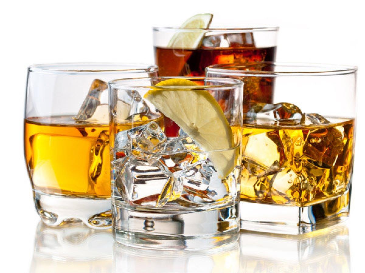 Hạn chế uống rượu bia: Rượu bia là một phần không thể thiếu trong các dịp lễ tết. Tuy nhiên, chất cồn chứa nhiều calo và độc tố, do đó bạn nên hạn chế uống rượu bia để tránh tăng cân và phòng ngừa nhiều vấn đề về sức khỏe khác.