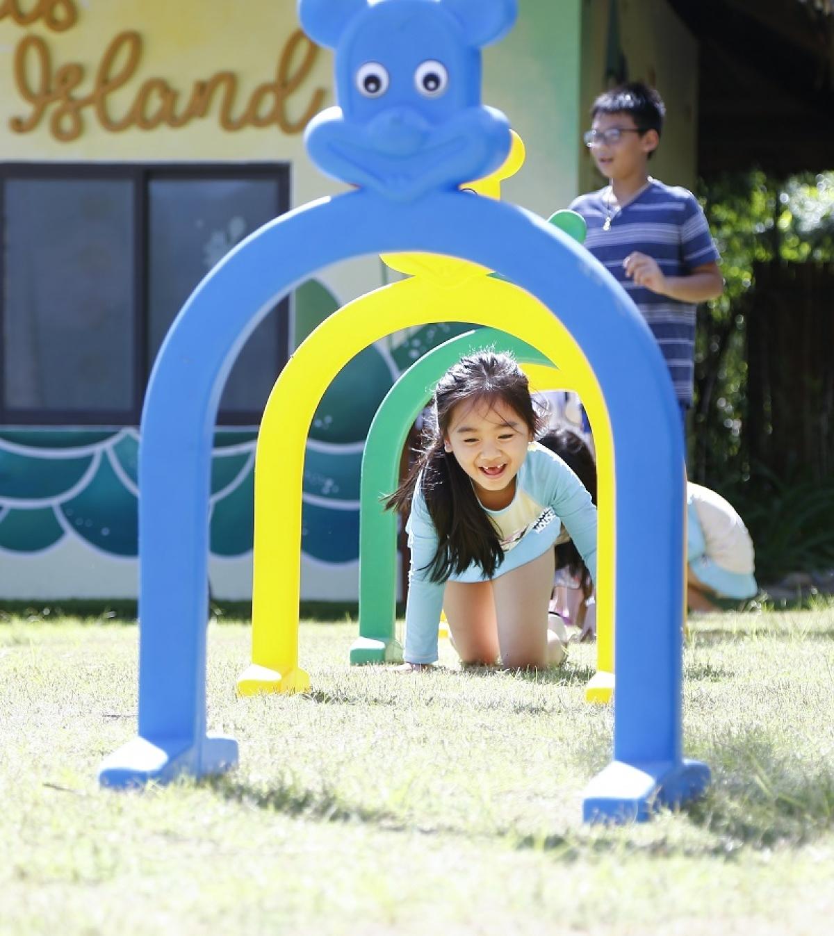 Các bạn nhỏ hào hứng với nhiều hoạt động vui nhộn trên bờ biển tại Riviera.