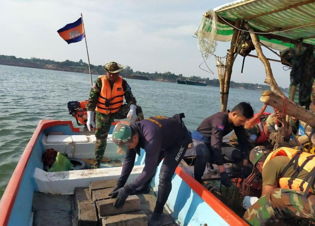 Campuchia phát hiện hơn 6 tấn thuốc nổ dưới lòng sông Mekong.