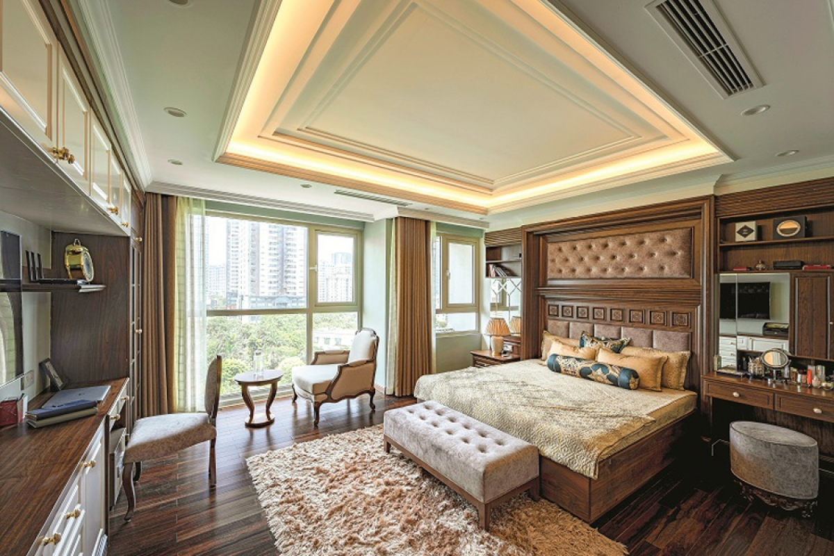Phòng ngủ master của chủ nhân có diện tích rộng và tràn ngập ánh sáng tự nhiên. Hệ thống đồ đạc nội thất được thiết kế đảm bảo công năng sử dụng mà vẫn đầy tính thẩm mỹ của phong cách tân cổ điển.