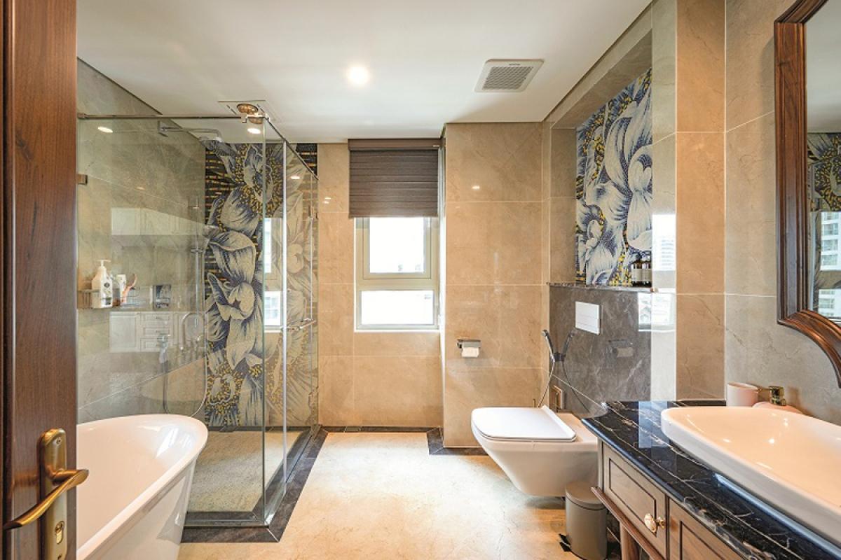 Phòng vệ sinh trong phòng ngủ chính hiện đại, tiện nghi với những mảng ốp hoa văn duyên dáng./.