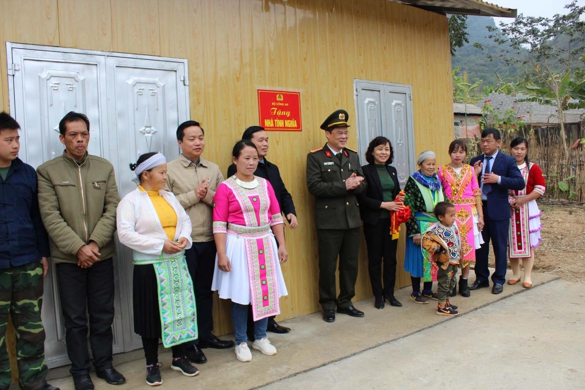 Bàn giao nhà cho các hộ có hoàn cảnh khó khăn tại Hà Quảng, Cao Bằng