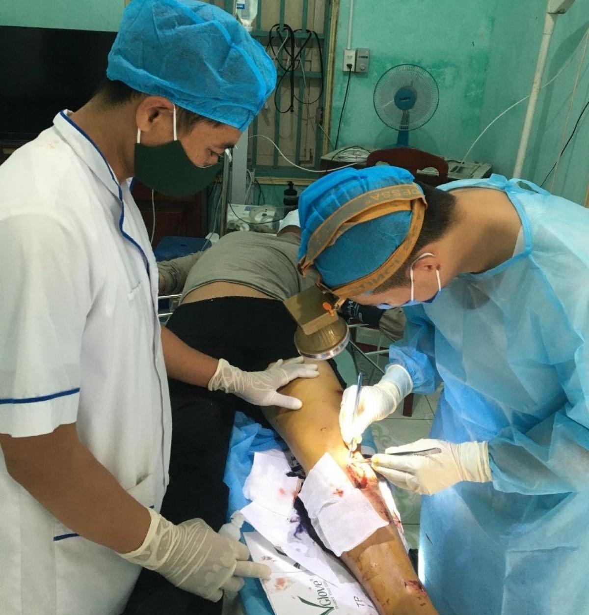 Quân y đảo Sơn Ca xử lý vết thương cho bệnh nhân Chương.