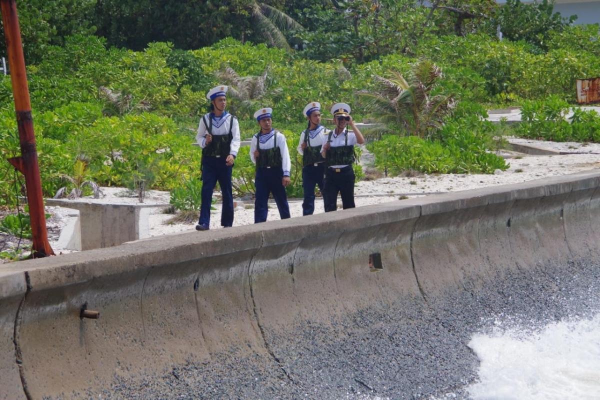 Cán bộ chiến sĩ quần đảo Trường Sa trong phiên canh gác