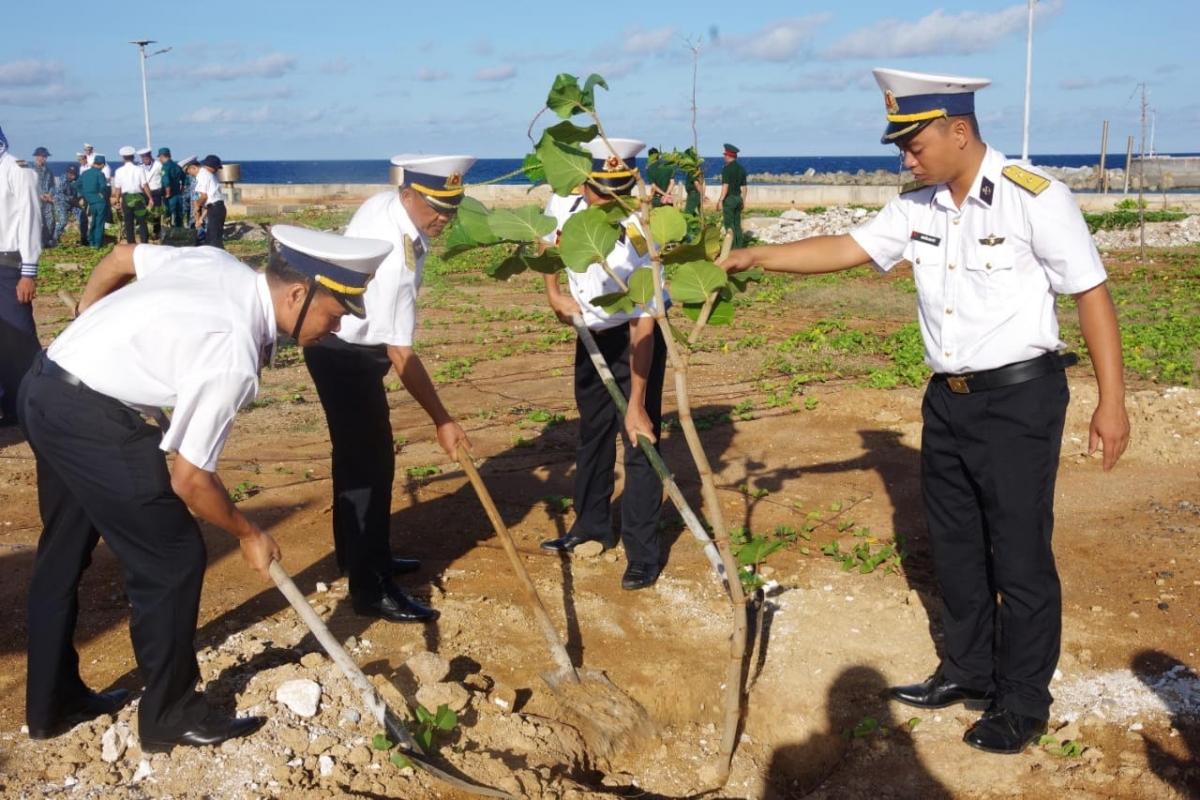 Cán bộ chiến sĩ quần đảo Trường Sa trong ngày phát động trồng cây xanh dâng Đảng.