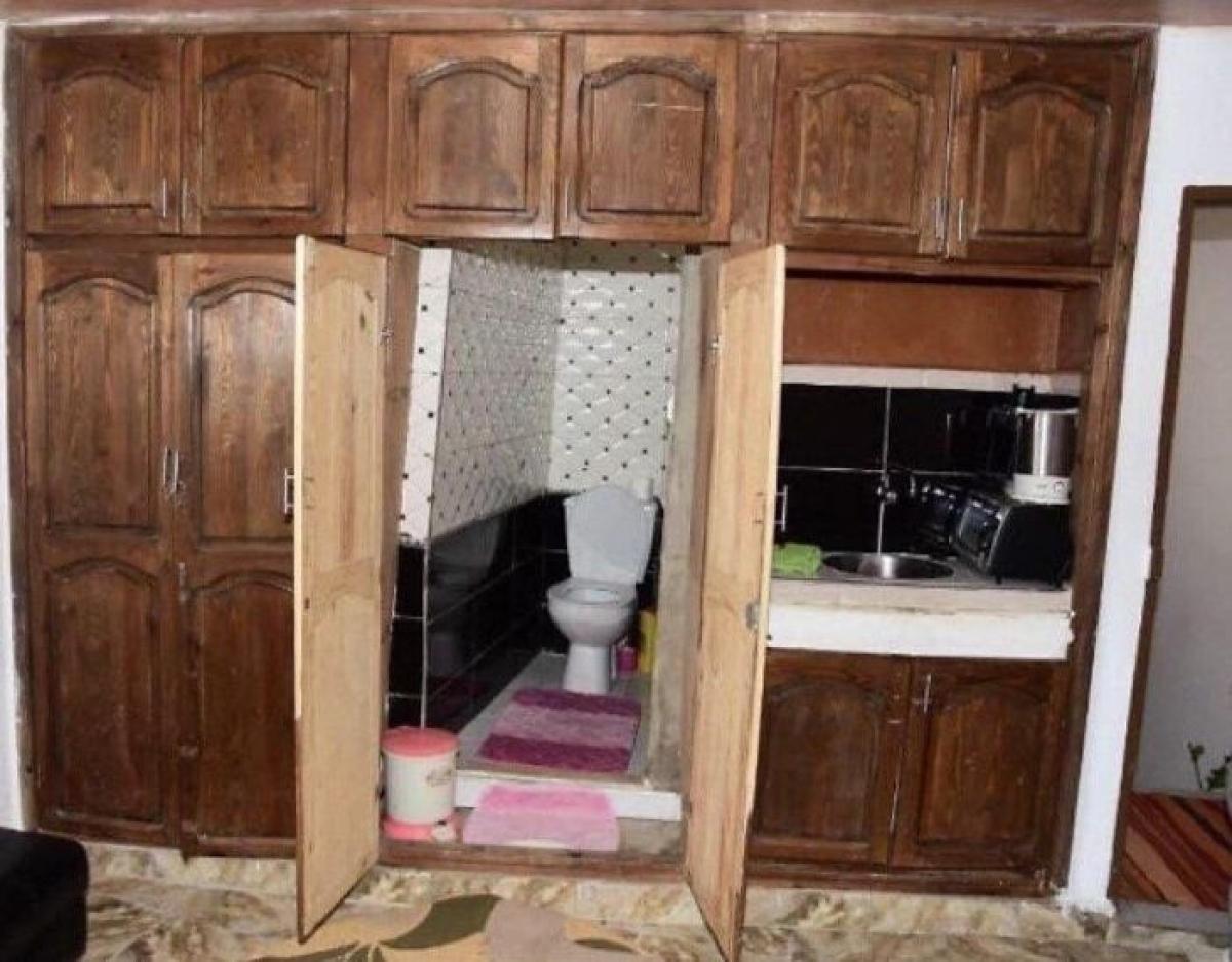 Khách đến nhà chắc ai cũng hoang mang khi đi tìm nhà vệ sinh.