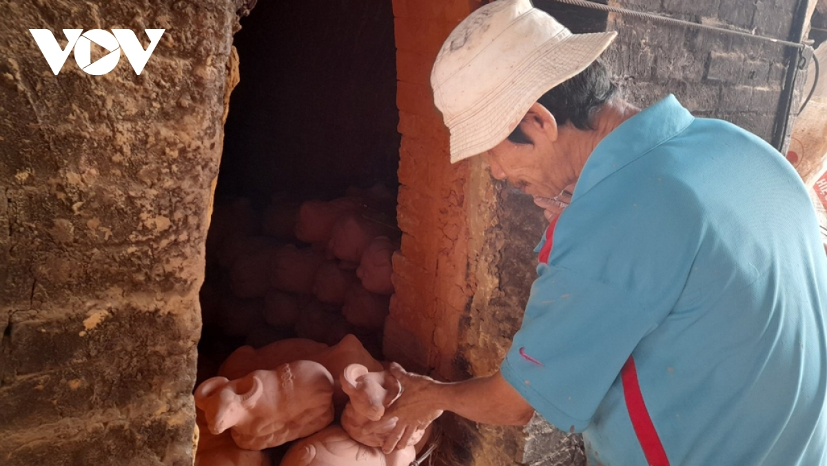 According to local artisan Phan Van Hiep, a kiln is capable of accommodating 3,000 to 4,000 items in roughly seven hours each.
