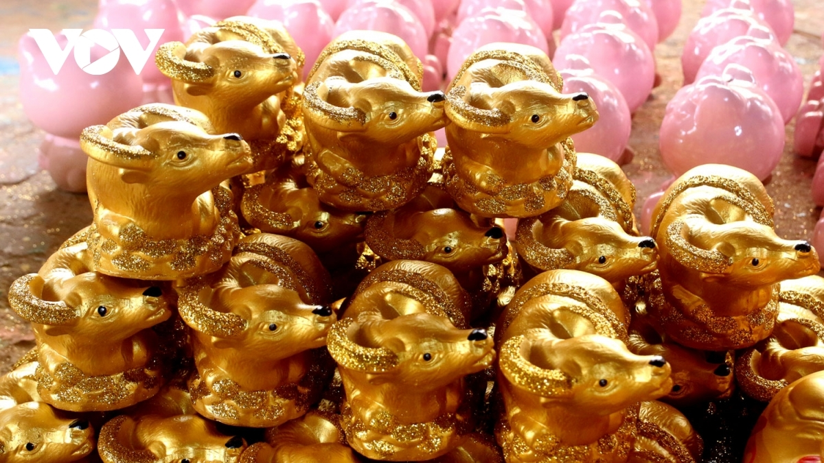 A buffalo-shaped ceramic product costs between VND10,000 and VND80,000, equal to US$0.43 to US$3.47, with each coming in different sizes.