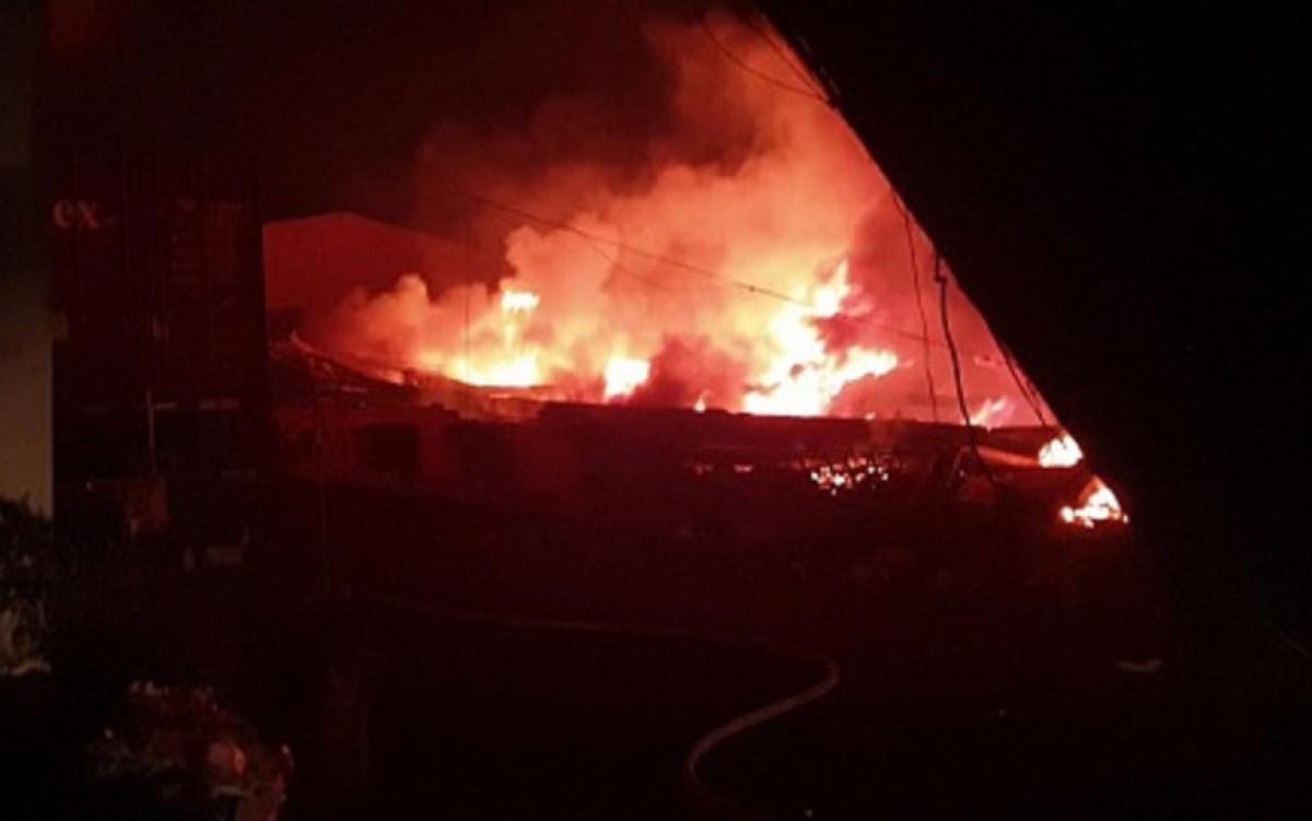 Ngọn lửa nhanh chóng bao trùm xưởng may công ty giày Mỹ Nga, khiến nhiều công nhân hốt hoảng chạy thoát thân. (Ảnh: PCCC)