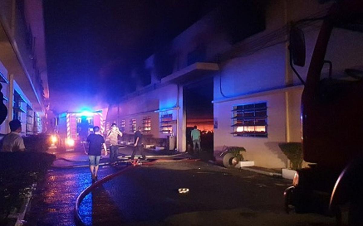 Khoảng 198 cán bộ chiến sĩ chữa cháy được điều đến hiện trường dập lửa, cứu nạn cứu hộ. (Ảnh: PCCC)