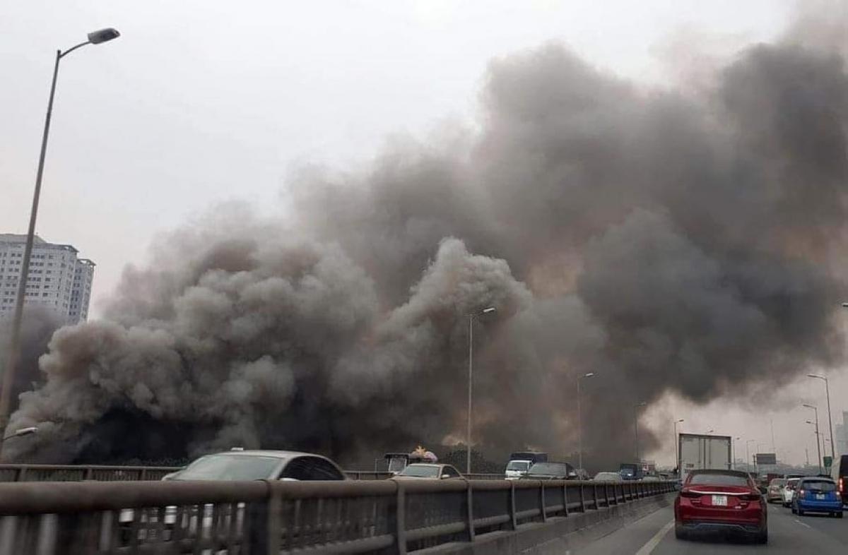 Đám cháy tạo thành cột khói bốc lên cao hàng chục mét.